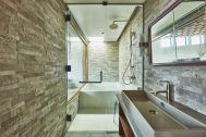 THE FLOW KAMAKURA (ザ フロウ カマクラ):SORA 3F浴室/天窓から光が差し込む