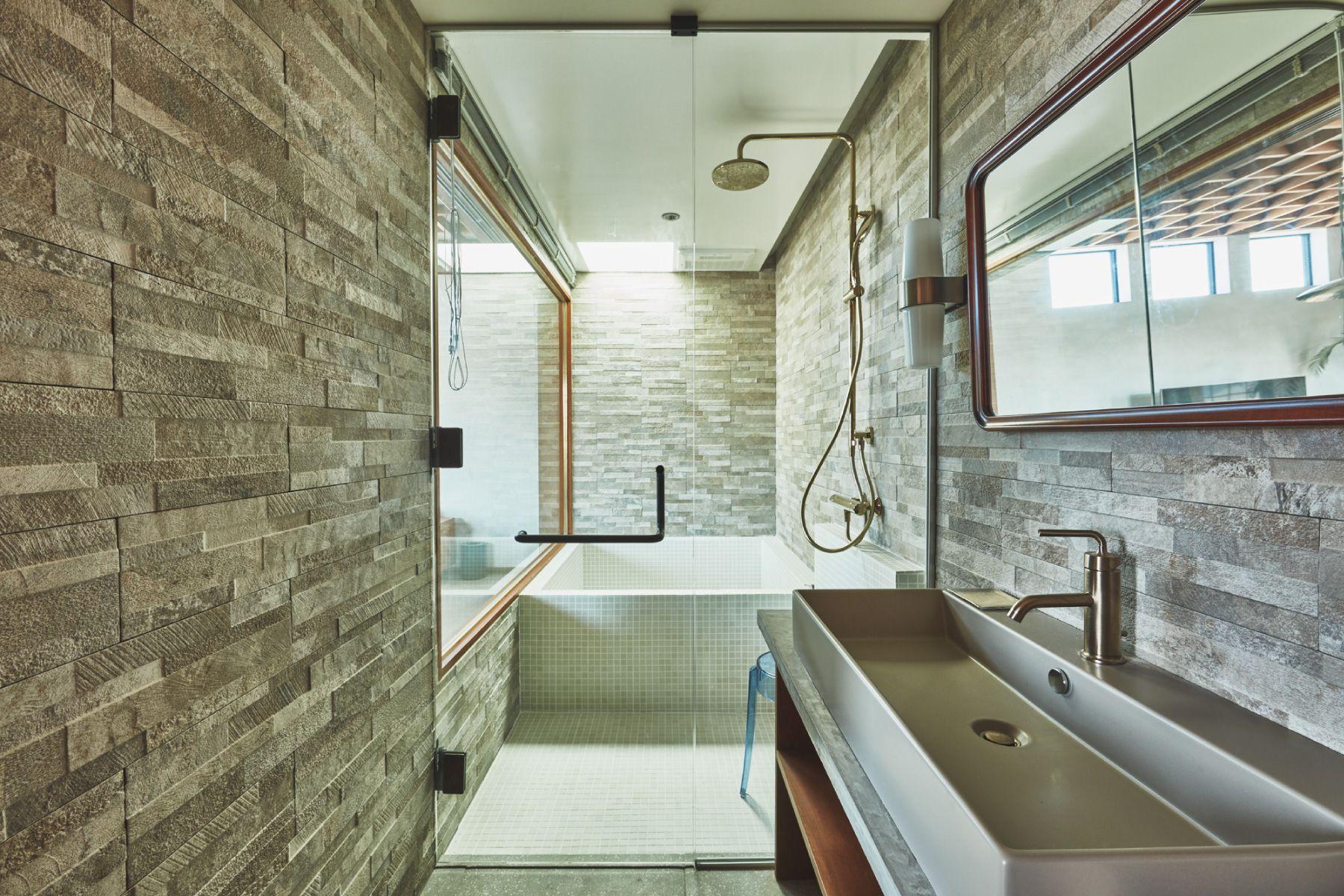 THE FLOW KAMAKURA (ザ フロウ カマクラ)SORA 3F浴室/天窓から光が差し込む