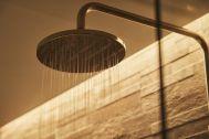 THE FLOW KAMAKURA (ザ フロウ カマクラ):SORA 3F浴室/ゴールドのレインシャワー