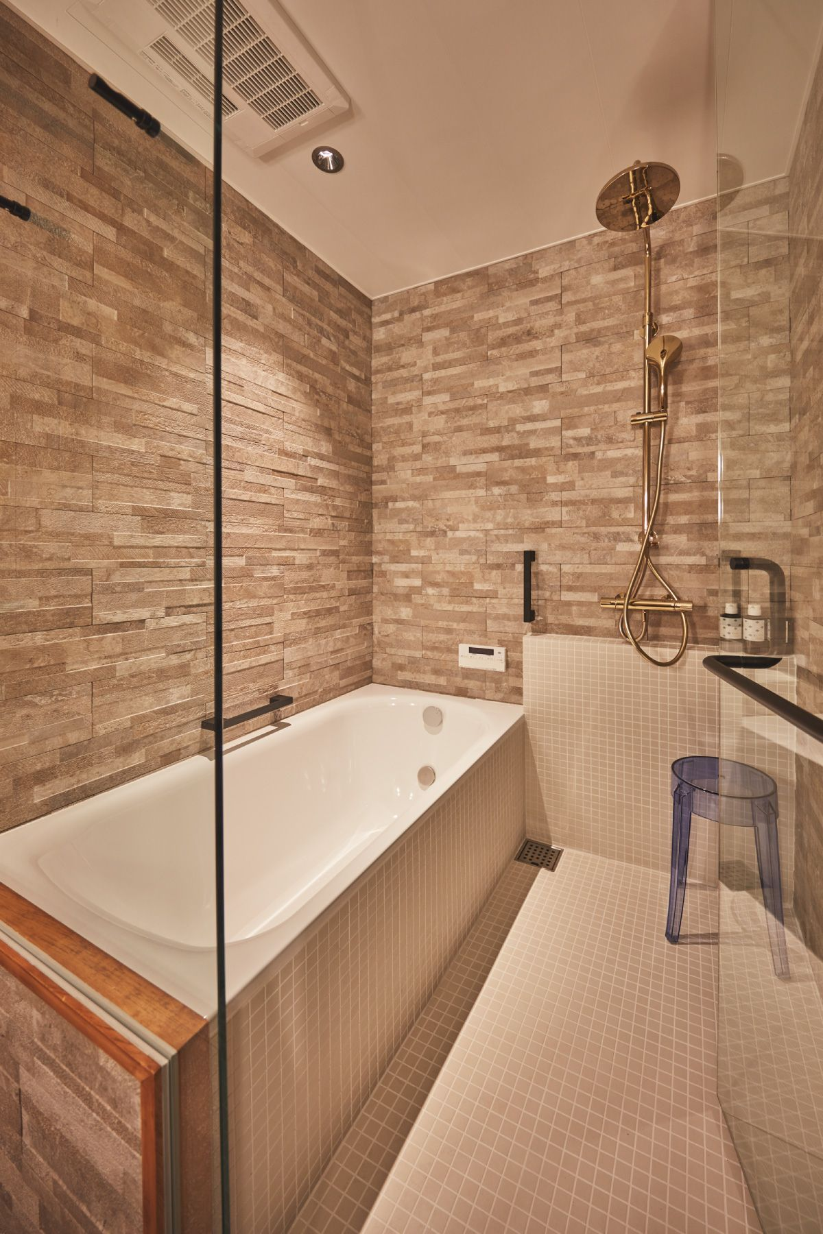 THE FLOW KAMAKURA (ザ フロウ カマクラ)KIRA浴室/ゴールドのレインシャワー