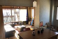 塩/シェアアトリエ (ropeマネジメントスペース):4F 黄色い絨毯室と和室が繋がる