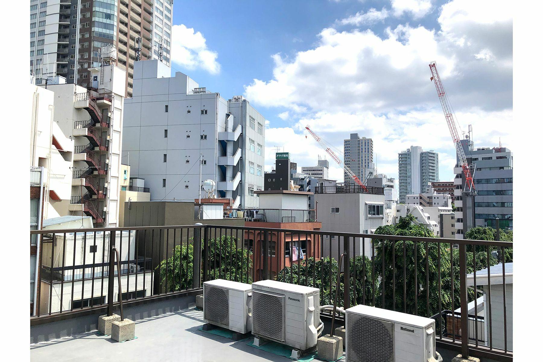 塩/シェアアトリエ (ropeマネジメントスペース)屋上 レトロビルとタワーマンション