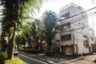 塩/シェアアトリエ (ropeマネジメントスペース):アトリエの雑居ビルとケヤキ並木