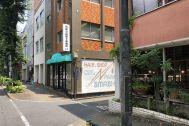塩/シェアアトリエ (ropeマネジメントスペース):周辺はレトロなビルや店が点在
