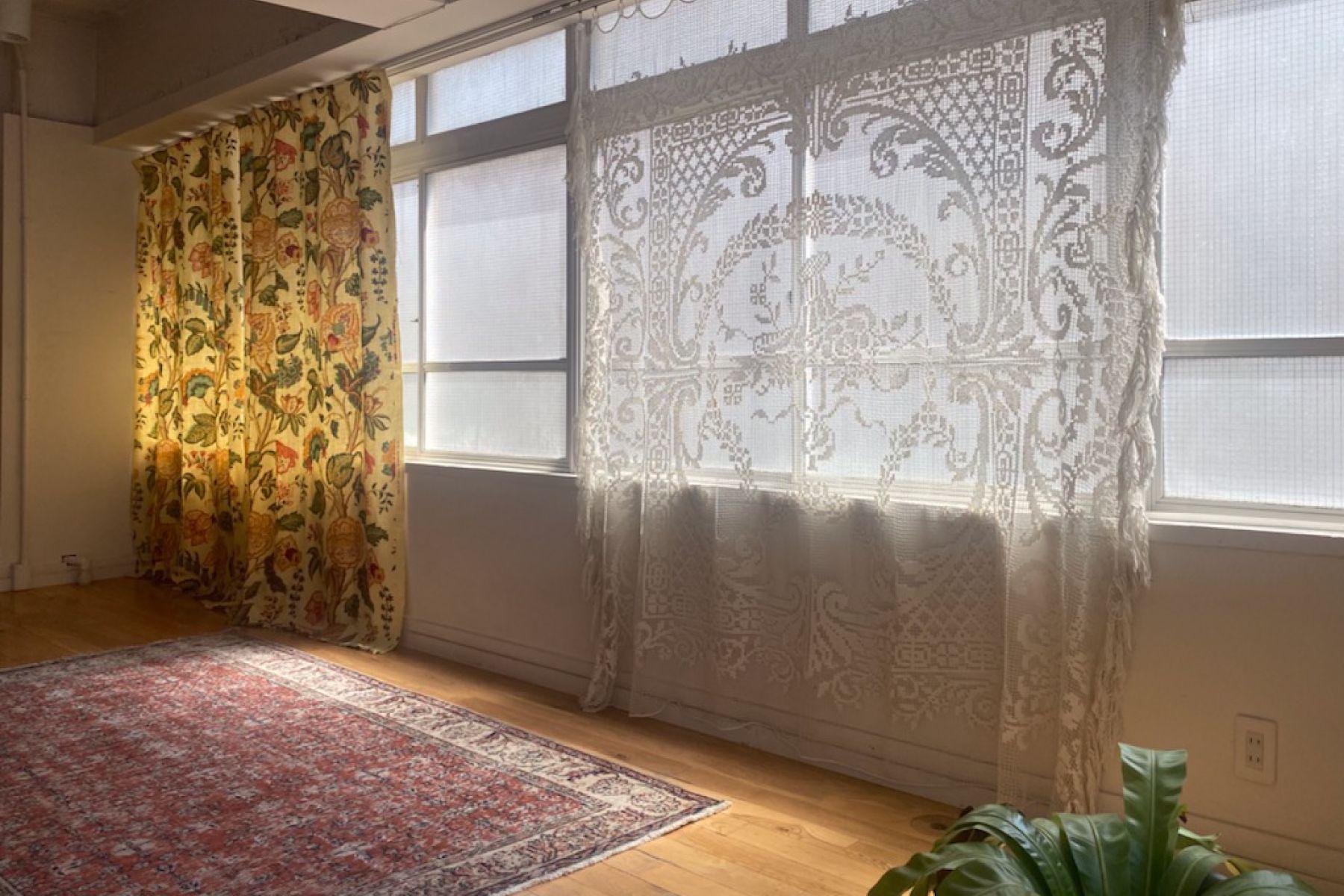 STUDIO H (スタジオ エイチ)B 特徴的なカーテン