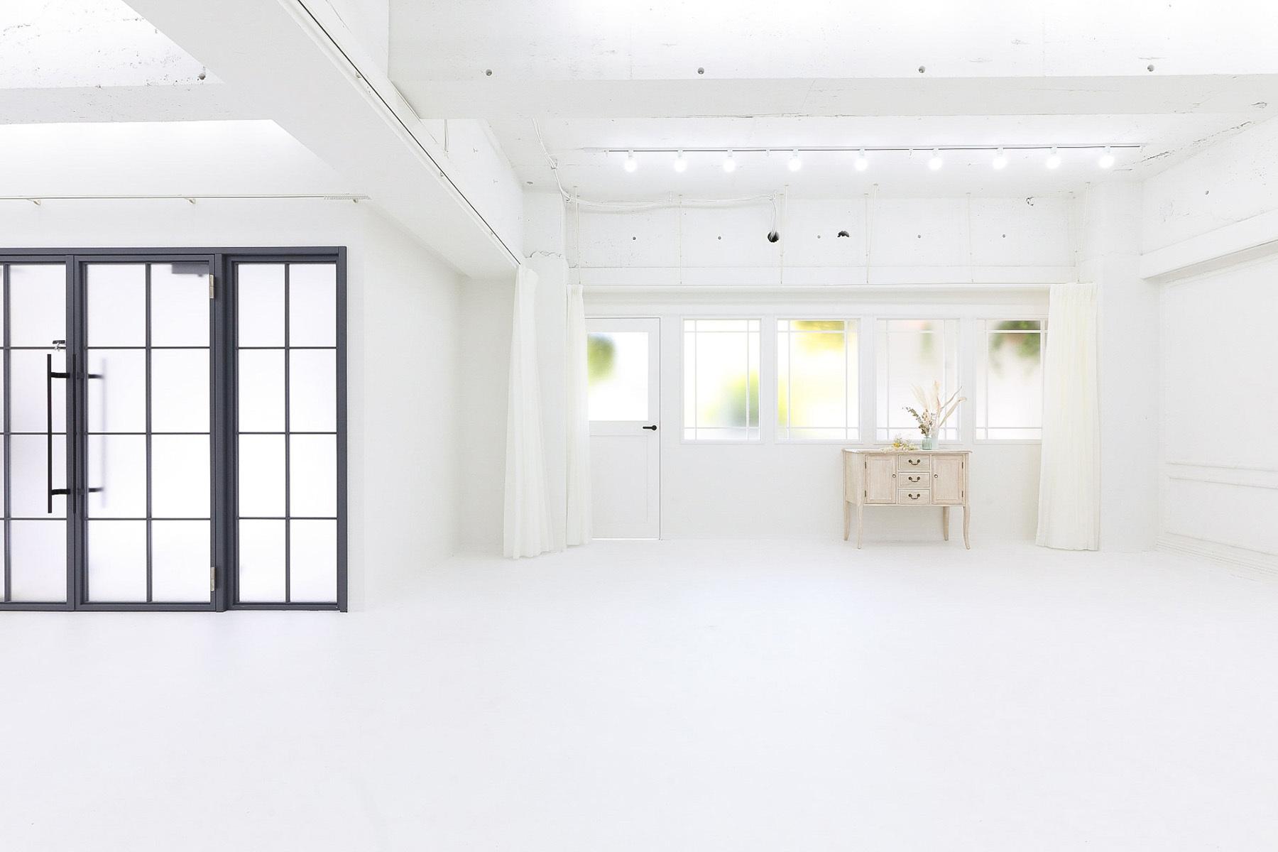 STUDIO FOXTAIL Ast (スタジオ フォックステイル Ast)階段の窓から入るやさしい自然光
