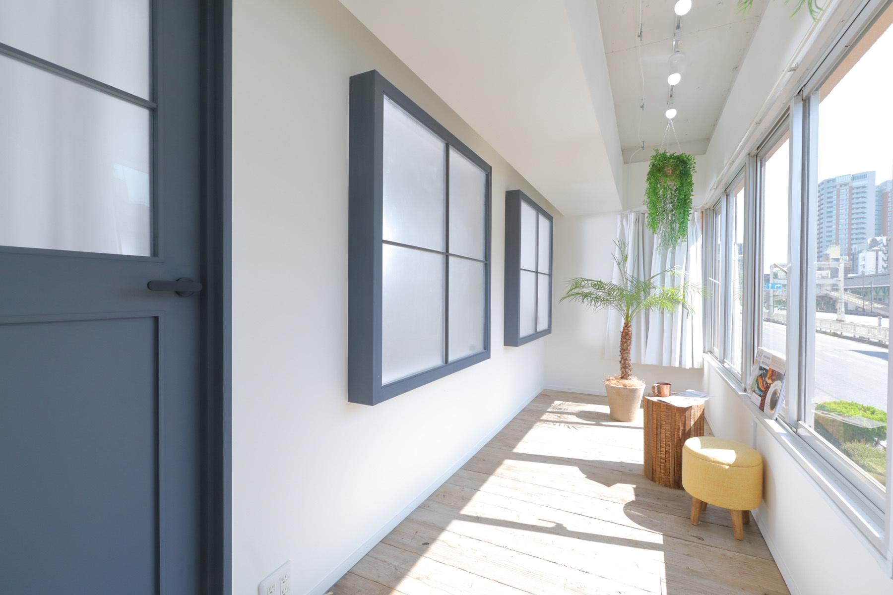 STUDIO FOXTAIL Bst (スタジオ フォックステイル Bst)階段の窓から入るやさしい自然光