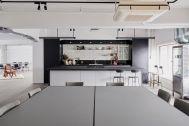 STUDIO-LP 青葉台/LP-2 キッチン&リビング:キッチン側からのリビング