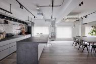 STUDIO-LP 青葉台/LP-2 キッチン&リビング:道路に面する広い窓が3つ