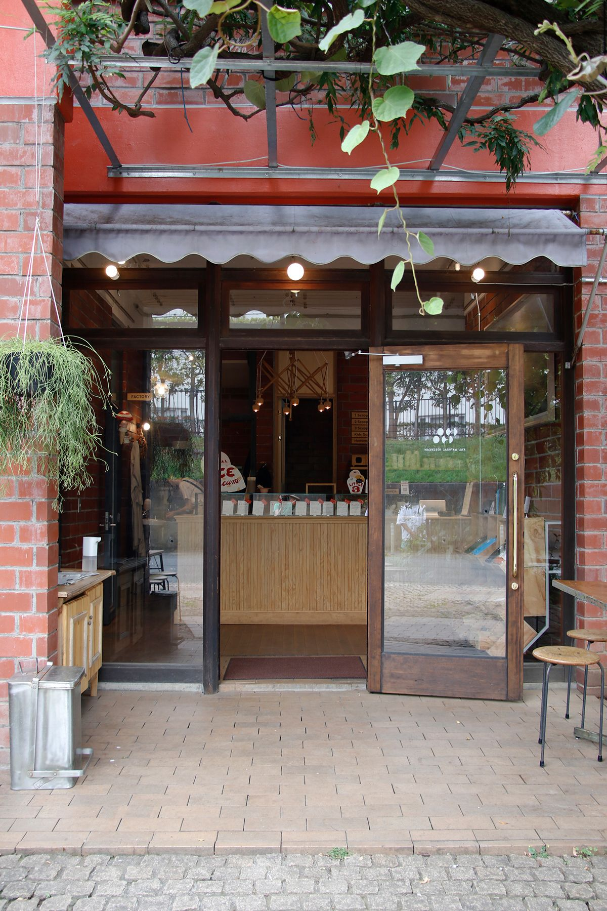 micotoya house (アイス屋/青果屋/shop)玄関は床も煉瓦