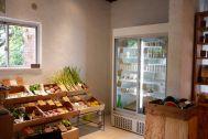 micotoya house (アイス屋/青果屋/shop):木箱に陳列された青果