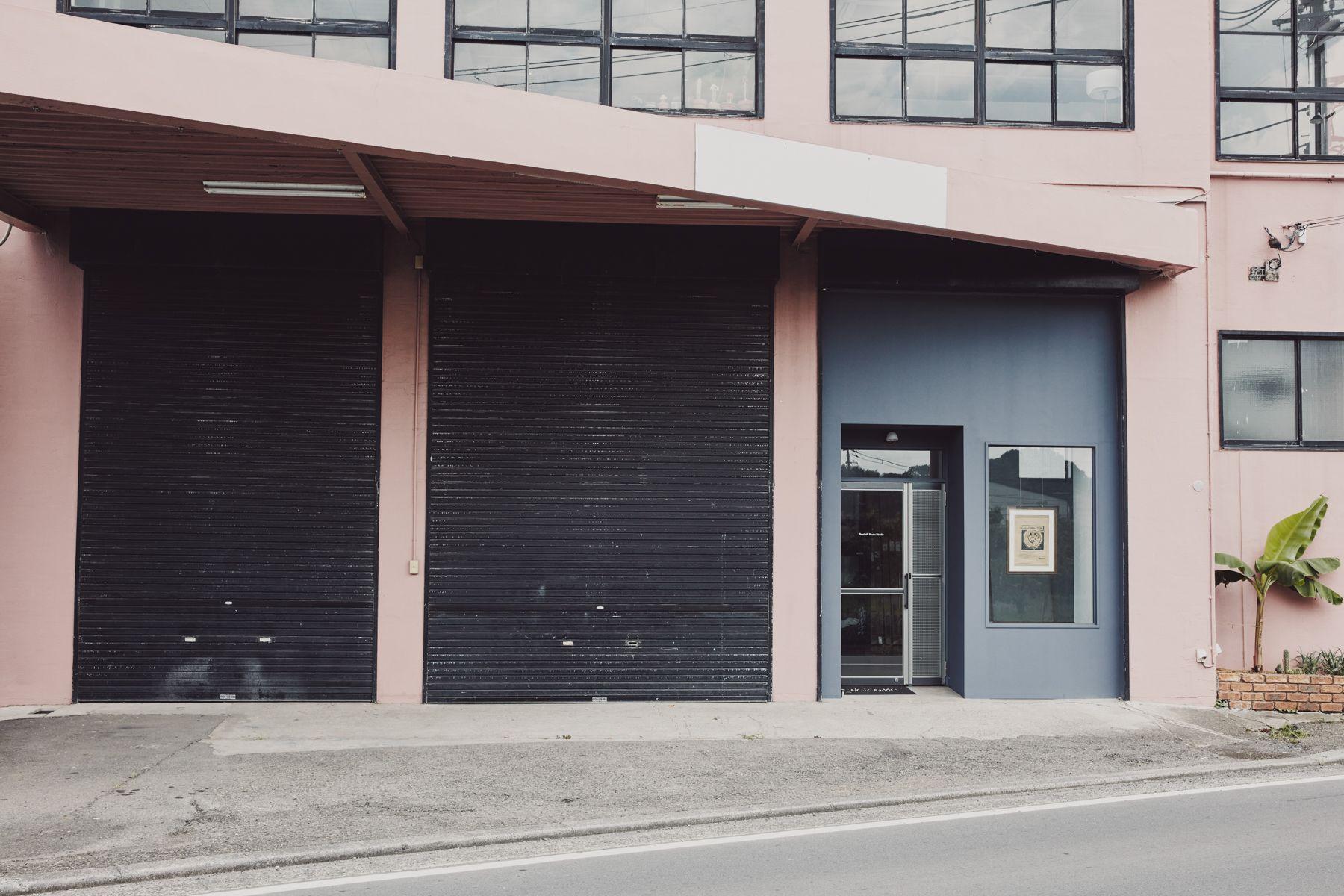 Beatnik Photo Studio外観 玄関+黒シャッター