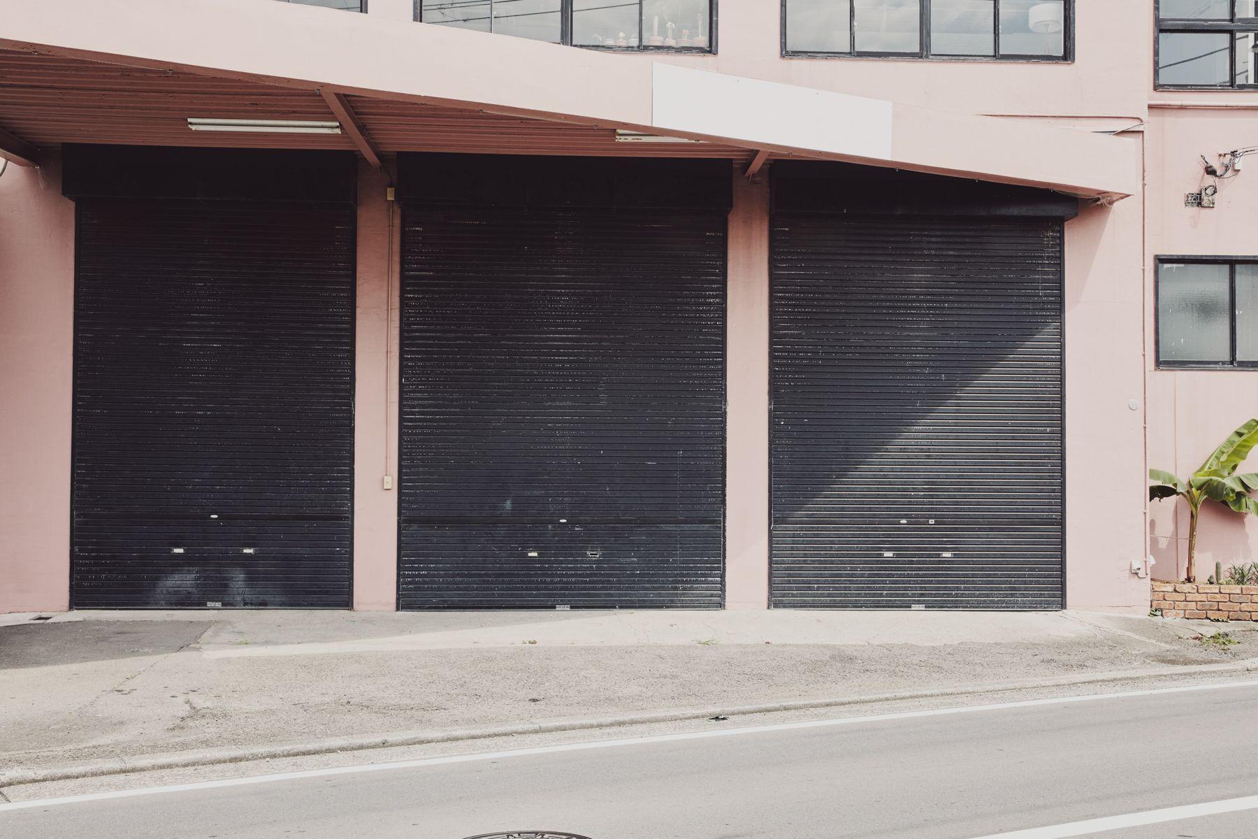 Beatnik Photo Studio外観 全て黒シャッターが降ります