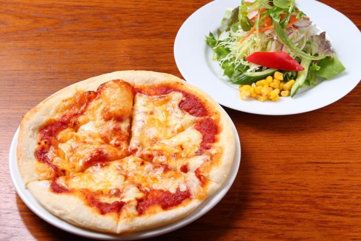 3種のたっぷりチーズピザ(サラダ付き)