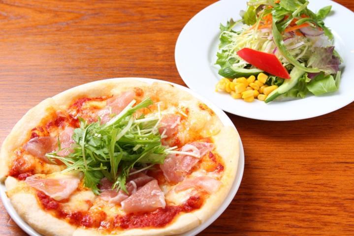 国産豚の生ハムのピザ(サラダ付き)