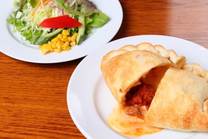 包み焼きピザ【カルツォーネ】豚のラグーソースと3種類のチーズ(サラダ付き)