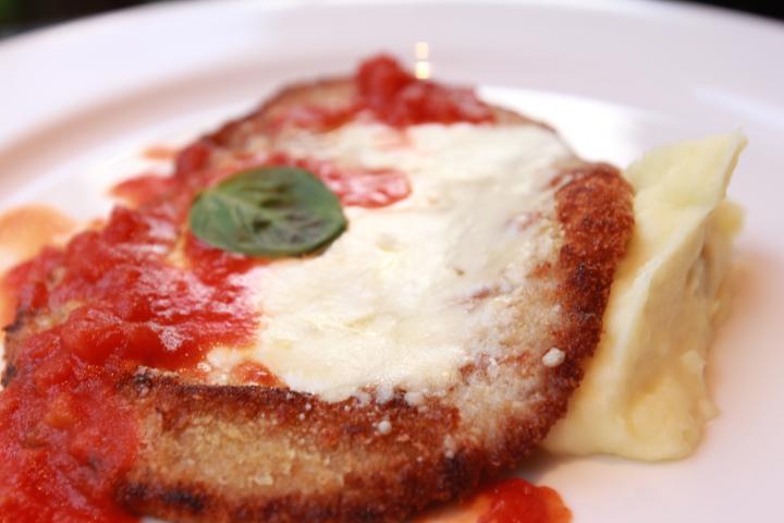 モッツアレラチーズをのせた仔牛のカツレツピッツァイオーロ風