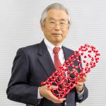 飯島澄男さん経歴 1939年生まれ。電気通信大卒。東北大大学院修了。米アリゾナ州立大研究員を経て、87年NEC入社。91年カーボン・ナノチューブ発見。09年文化勲章受章。現在、NEC特別主席研究員、名城大終身名誉教授。