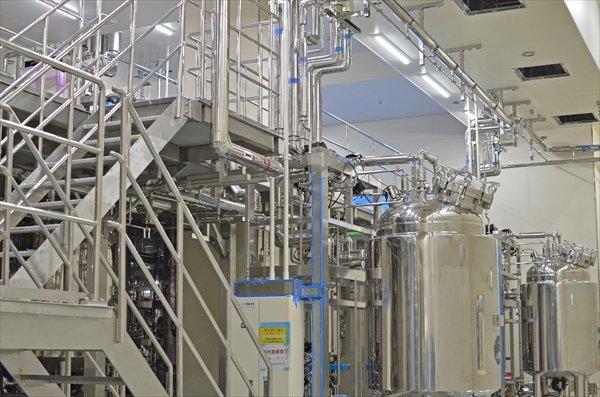 中外製薬が公開したバイオ医薬品製造の新プラント。培養槽が並ぶ