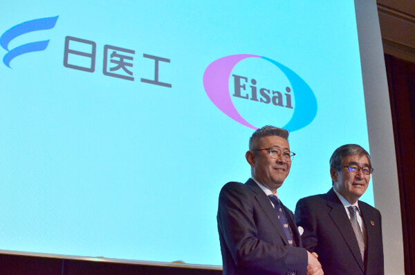 共同会見後、写真撮影に応じる日医工の田村社長(左)とエーザイの内藤CEO