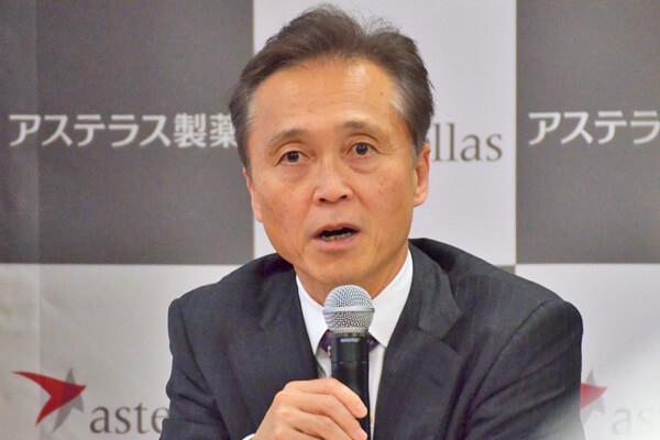 決算会見で中国事業について説明するアステラス製薬の安川社長