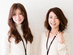 笑顔の私服の女性2人