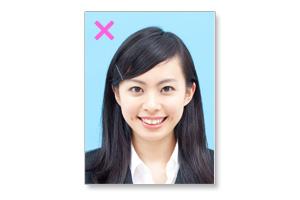 (悪い例)履歴書用写真の表情・歯を見せて笑う女性