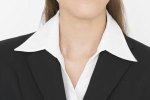(悪い例)襟が立っている履歴書用写真の首元