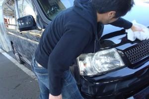 メイン画像:車を磨く男性