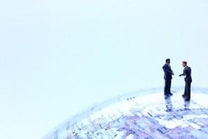 地球儀の上で会話をする人の模型