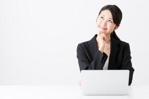 PCの前で考える女性
