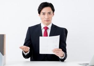 退職証明書を手に持つビジネスマン