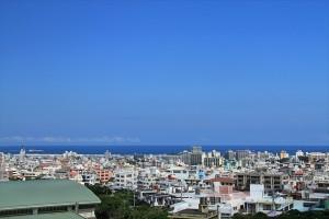 沖縄の空と町並み