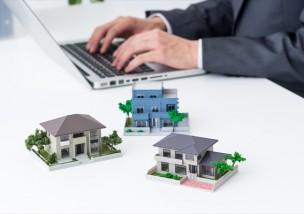 パソコンと住宅模型
