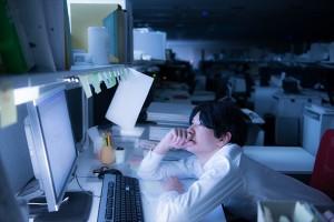 深夜に残業する男性