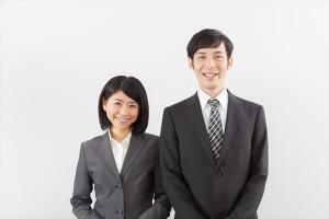 スーツ姿の夫婦