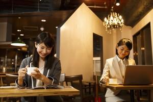 カフェで仕事をする2人