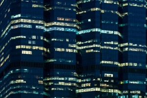 明かりがついている夜のオフィス