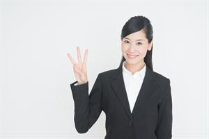 3本指を立てている女性