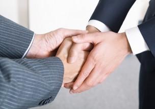 握手をするスーツの二人