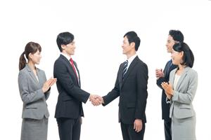 握手する営業職
