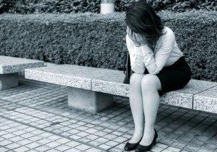 落ち込む女性のイメージ画像