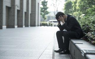 後悔する男性のイメージ画像
