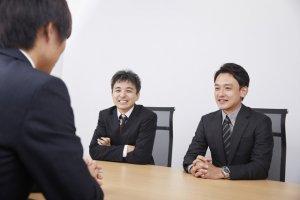 面接官が学生と話すイメージ