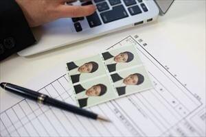 履歴書の写真の裏には何を書く?名前?撮影日?