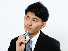 鉛筆を手に考えるビジネスマン