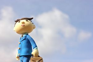 青空背景のサラリーマン