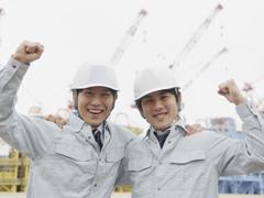 ヘルメットをかぶった男性2人