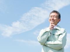 作業着を着て微笑む男性