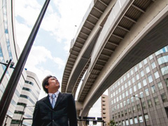 高架道路を見上げる男性